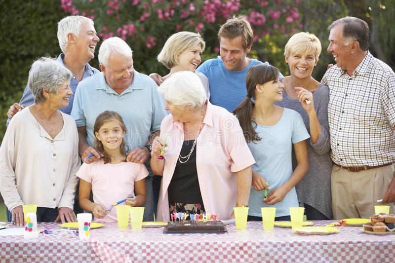 Μεγάλα γενέθλια εορτασμού οικογενειακής ομάδας υπαίθρια στοκ εικόνες