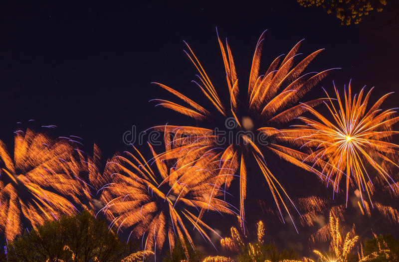 Μεγάλα ζωηρόχρωμα πυροτεχνήματα στοκ εικόνες