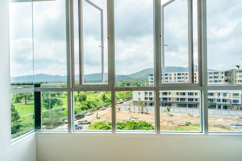 Μεγάλα παράθυρα που αντιμετωπίζουν στο κτήριο νέας οικοδόμησης στοκ εικόνα με δικαίωμα ελεύθερης χρήσης