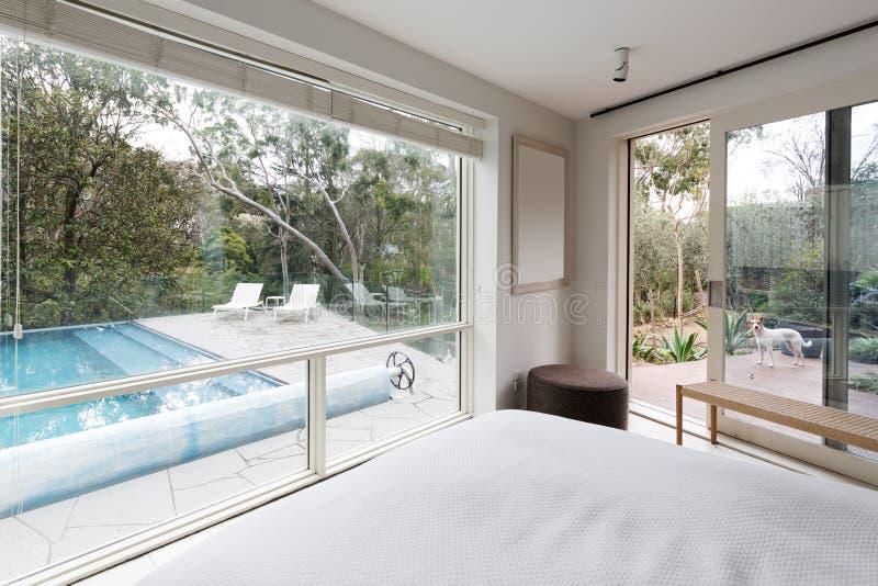 Μεγάλα παράθυρα που παρουσιάζουν άποψη για να συγκεντρώσει και να καλλιεργήσει στο σπίτι πολυτέλειας στοκ εικόνα με δικαίωμα ελεύθερης χρήσης
