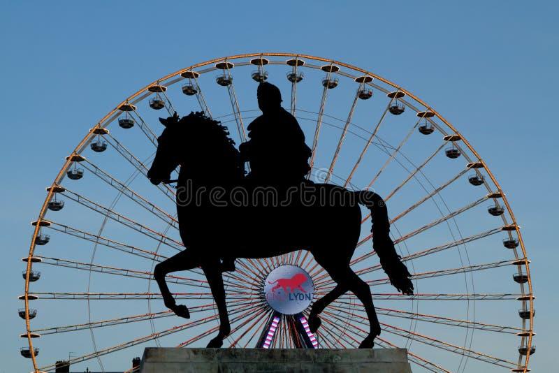 Μεγάλα ρόδα και άγαλμα στη Λυών, θέση Bellecour στοκ φωτογραφία με δικαίωμα ελεύθερης χρήσης