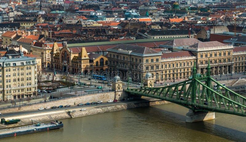 Μεγάλες αίθουσα αγοράς και γέφυρα ελευθερίας στη Βουδαπέστη στοκ φωτογραφία