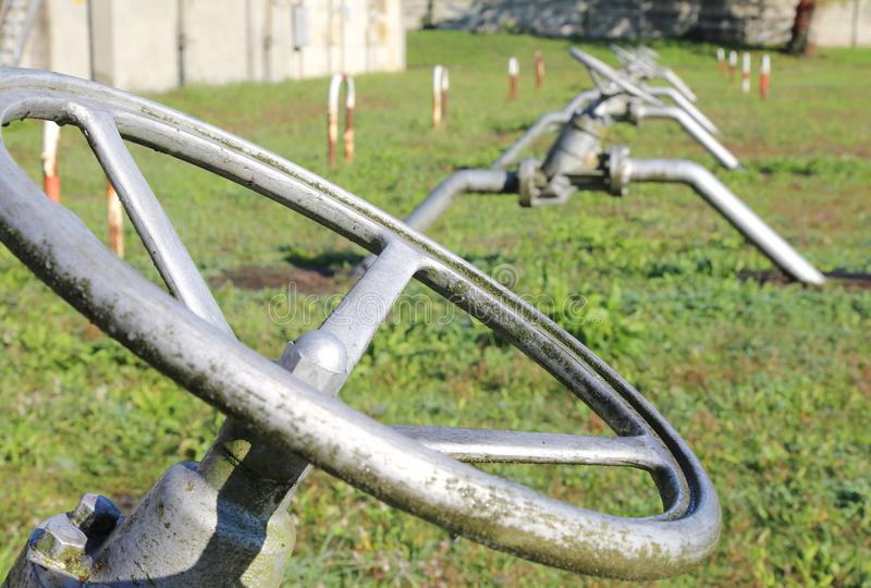 μεγάλες βαλβίδες πυλών για το κλείσιμο του σωλήνα στοκ φωτογραφία με δικαίωμα ελεύθερης χρήσης