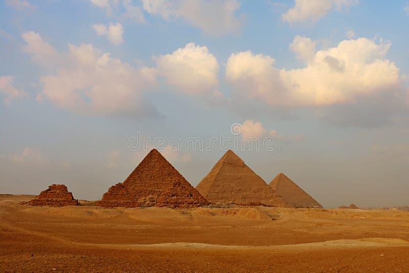 Μεγάλες πυραμίδες στο οροπέδιο Giza στοκ φωτογραφία με δικαίωμα ελεύθερης χρήσης
