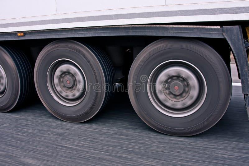 Μεγάλες ρόδες φορτηγών στην κίνηση στοκ φωτογραφία με δικαίωμα ελεύθερης χρήσης
