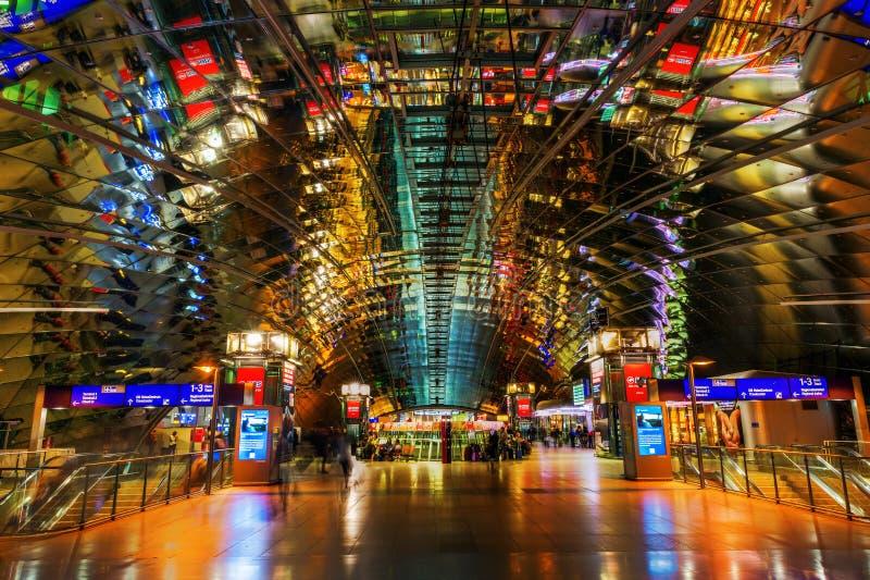 Μεγάλης απόστασης σταθμός αερολιμένων της Φρανκφούρτης τη νύχτα στοκ φωτογραφία με δικαίωμα ελεύθερης χρήσης