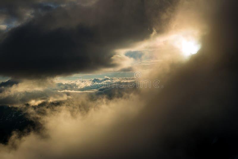 Μεγάλη άποψη των πράσινων λόφων που καίγονται από το φως του ήλιου Θέση FA στοκ φωτογραφίες