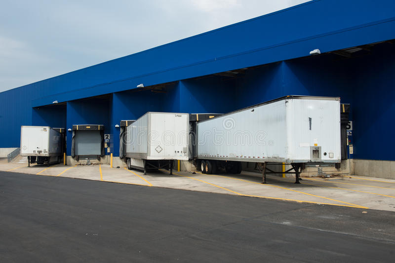 Μεγάλη αποθήκη εμπορευμάτων διανομής με τις πύλες για τα φορτία και τα φορτηγά στοκ εικόνες