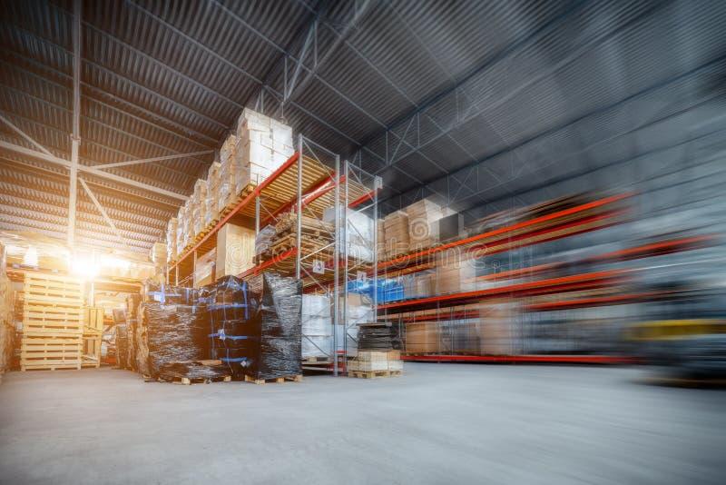 Μεγάλη αποθήκη εμπορευμάτων υπόστεγων βιομηχανική και επιχειρήσεις διοικητικών μεριμνών στοκ εικόνα με δικαίωμα ελεύθερης χρήσης