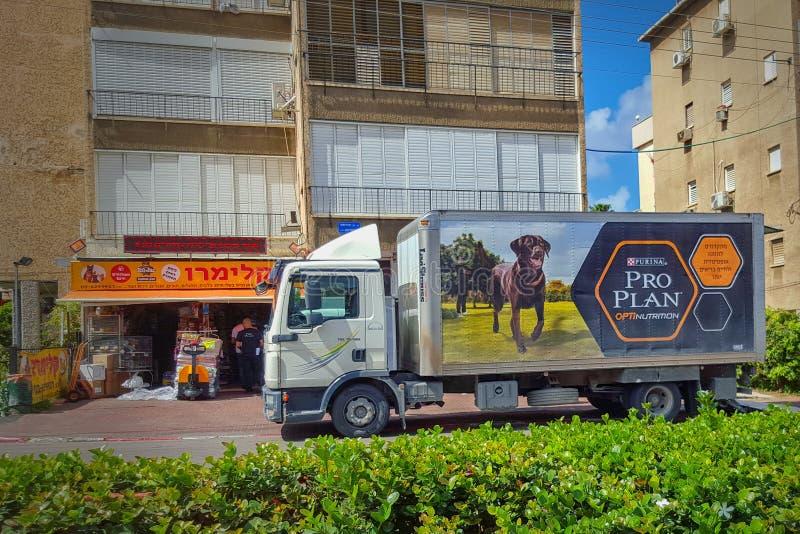 Μεγάλη αφίσα διαφήμισης στο φορτηγό φορτίου στοκ φωτογραφία