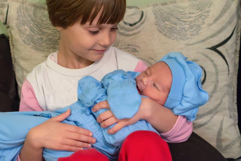 Μεγάλη αδελφή που κρατά το νεογέννητο αδελφό της στοκ φωτογραφία με δικαίωμα ελεύθερης χρήσης