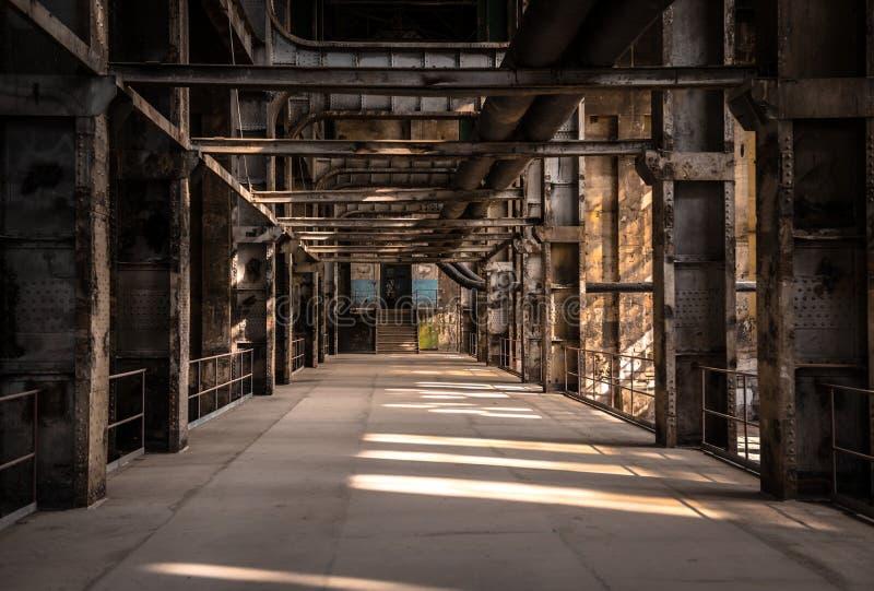 Μεγάλη βιομηχανική αίθουσα ενός σταθμού επισκευής στοκ φωτογραφία με δικαίωμα ελεύθερης χρήσης