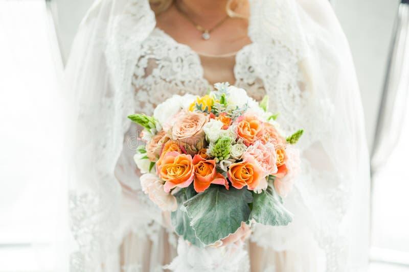 Μεγάλη γαμήλια ανθοδέσμη πριν από την τελετή στοκ εικόνα με δικαίωμα ελεύθερης χρήσης