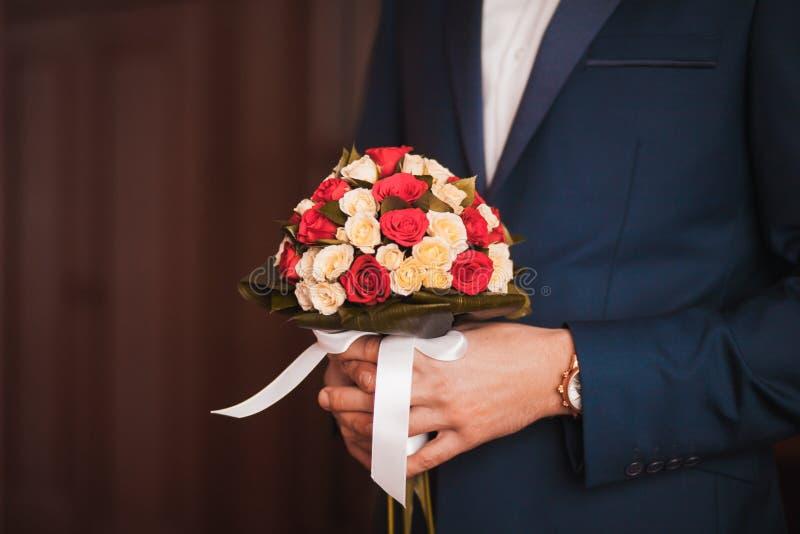 Μεγάλη γαμήλια ανθοδέσμη στο χέρι νεόνυμφων στοκ εικόνα με δικαίωμα ελεύθερης χρήσης