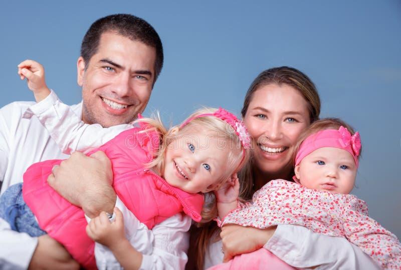 Μεγάλη ευτυχής οικογένεια υπαίθρια στοκ φωτογραφίες