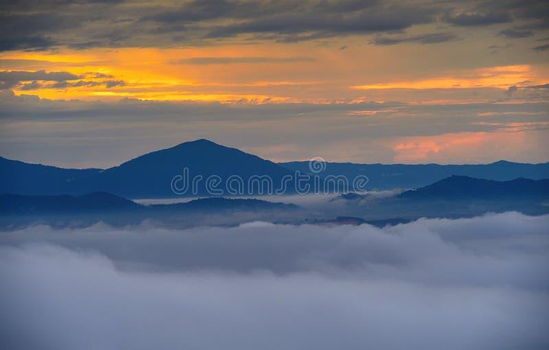 Μεγάλη καπνώδης ανατολή βουνών με τα βαλμένα σε στρώσεις βουνά στοκ φωτογραφία με δικαίωμα ελεύθερης χρήσης