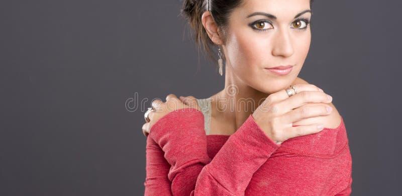 Μεγάλη καφετιά μπιρμπιλομάτισσα ελκυστική γυναίκα που φορά το κόκκινο πουλόβερ στοκ φωτογραφίες