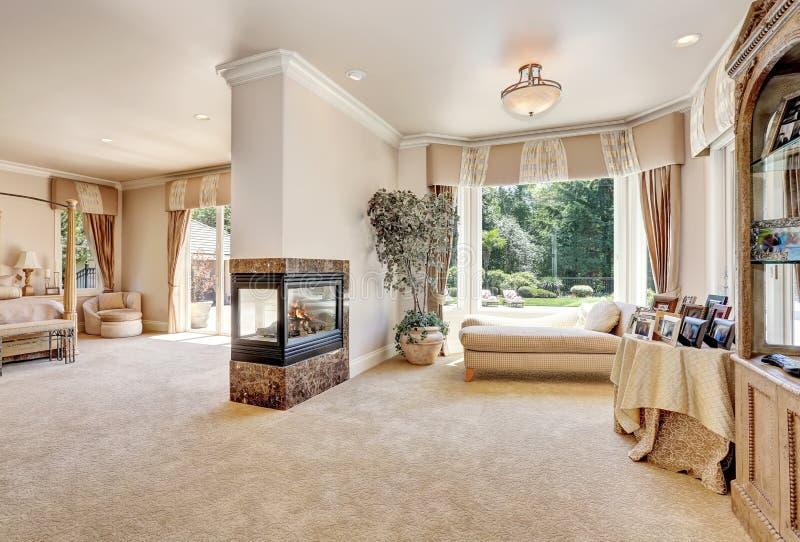 Μεγάλη κύρια κρεβατοκάμαρα στο σπίτι πολυτέλειας με τις πόρτες στο μπαλκόνι στοκ φωτογραφίες με δικαίωμα ελεύθερης χρήσης