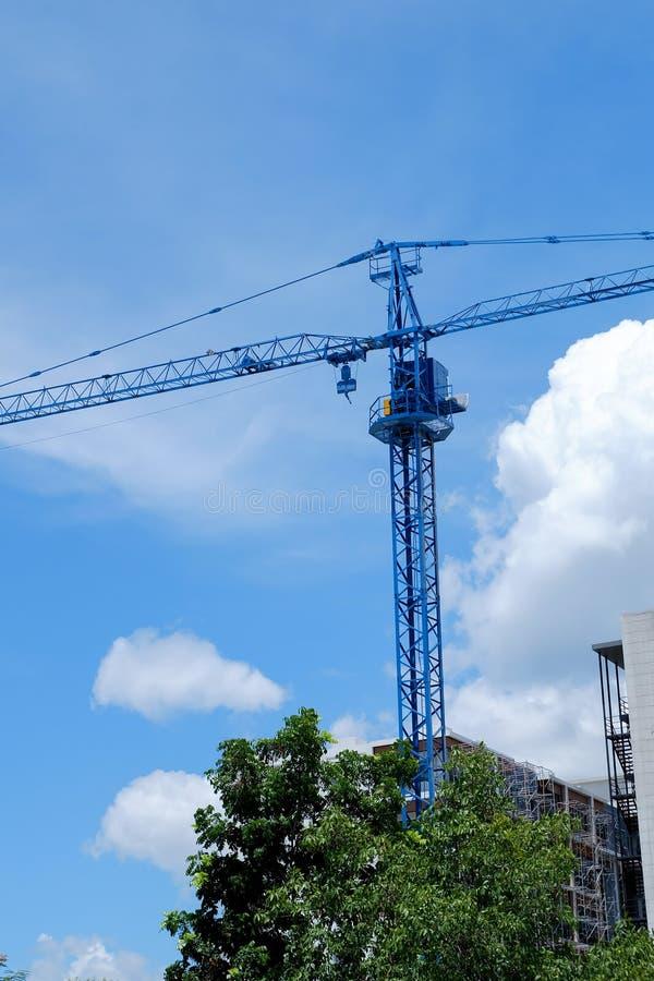 Μεγάλη μηχανή γερανών κατασκευής με το σαφή μπλε ουρανό στοκ εικόνα