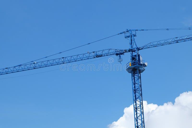 Μεγάλη μηχανή γερανών κατασκευής με το σαφή μπλε ουρανό στοκ εικόνες