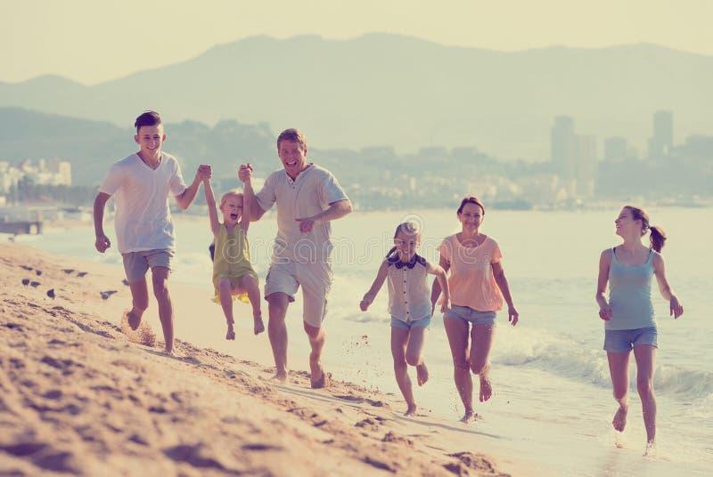 Μεγάλη οικογένεια έξι ανθρώπων ευτυχώς στην παραλία στοκ φωτογραφίες με δικαίωμα ελεύθερης χρήσης