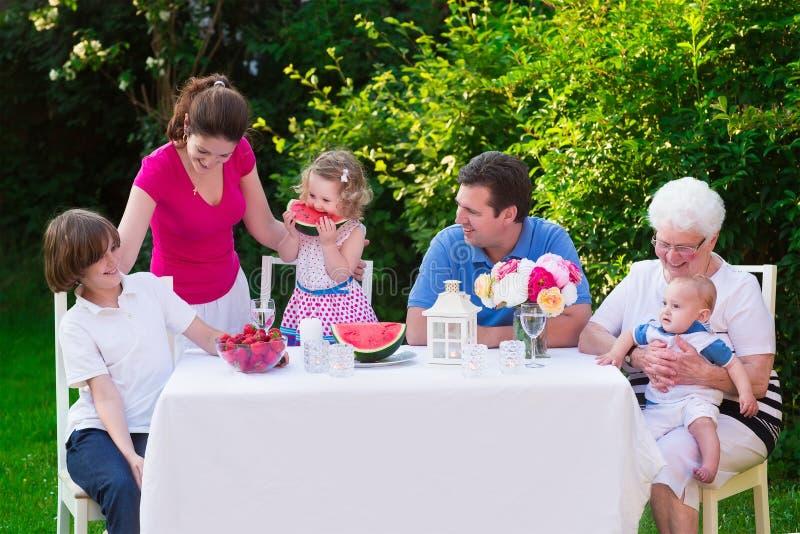 Μεγάλη οικογένεια που έχει το μεσημεριανό γεύμα υπαίθρια στοκ εικόνες με δικαίωμα ελεύθερης χρήσης