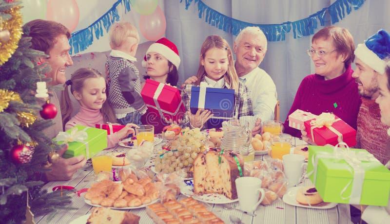 Μεγάλη οικογένεια που δίνει τα δώρα ο ένας στον άλλο στοκ φωτογραφίες