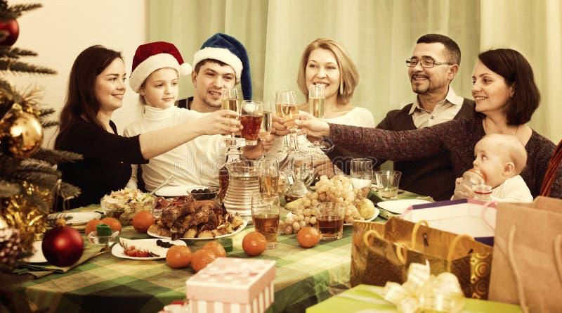 Μεγάλη οικογένεια που γιορτάζει μαζί τα Χριστούγεννα στοκ εικόνες με δικαίωμα ελεύθερης χρήσης