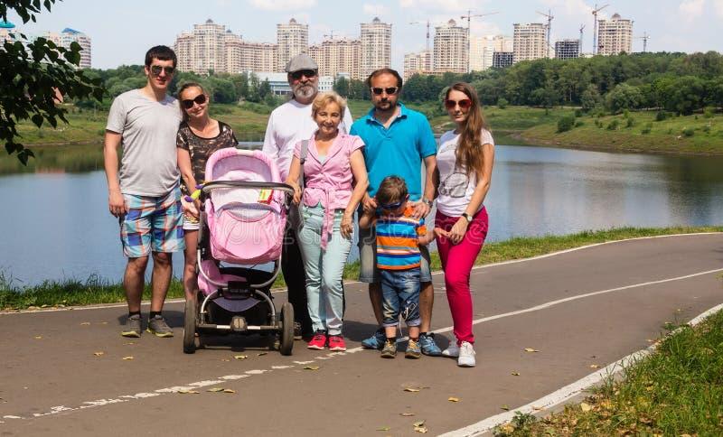 Μεγάλη οικογένεια σε ένα υπόβαθρο των νέων κτηρίων στοκ εικόνα με δικαίωμα ελεύθερης χρήσης