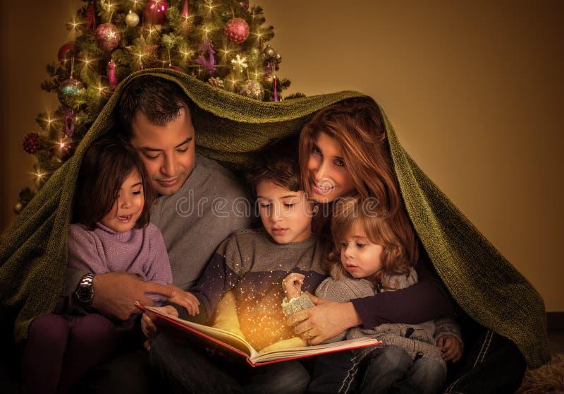 Μεγάλη οικογένεια στη Παραμονή Χριστουγέννων στοκ εικόνα