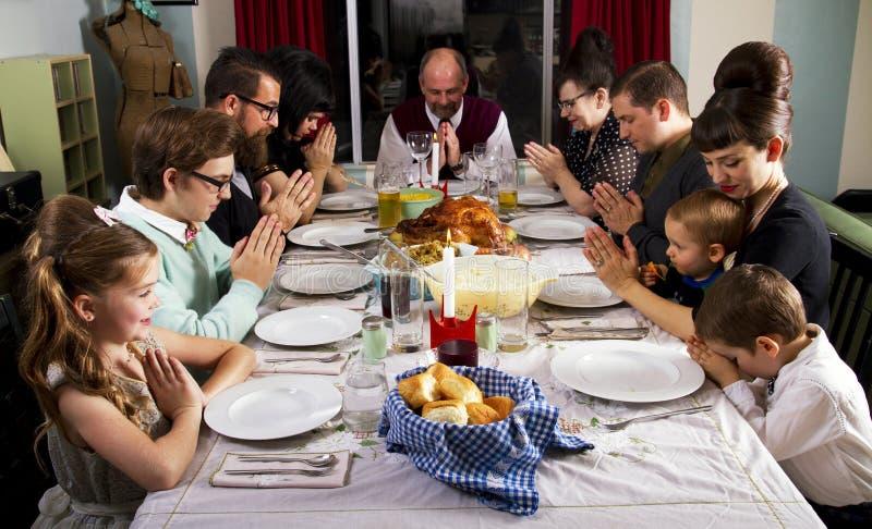 Μεγάλη οικογενειακή προσευχή της Τουρκίας γευμάτων ημέρας των ευχαριστιών στοκ φωτογραφίες με δικαίωμα ελεύθερης χρήσης