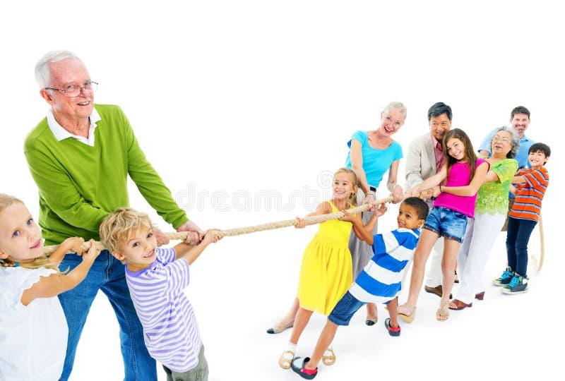 Μεγάλη ομάδα ανθρώπων που τραβά το σχοινί στοκ φωτογραφία με δικαίωμα ελεύθερης χρήσης