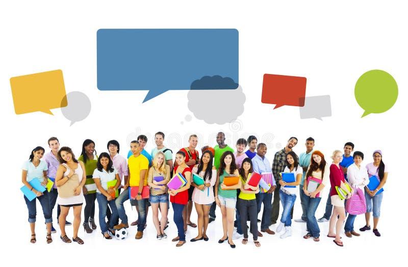 Μεγάλη ομάδα διεθνούς χαμόγελου σπουδαστών απεικόνιση αποθεμάτων