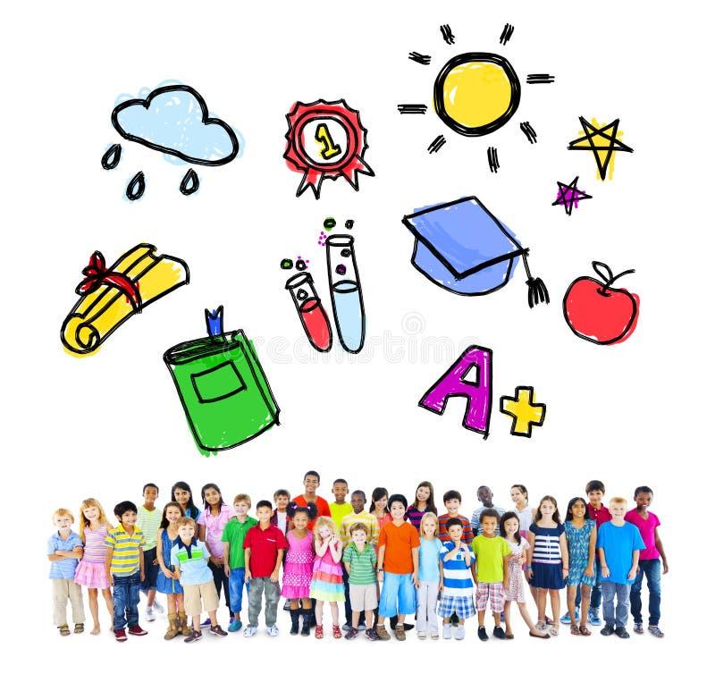 Μεγάλη ομάδα σχολικών δραστηριοτήτων παιδιών Multiethnic στοκ εικόνες