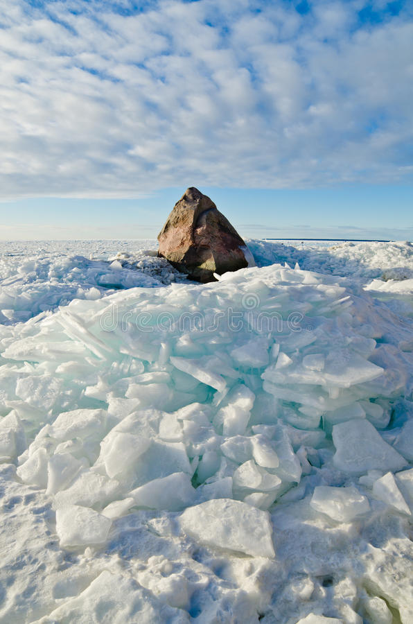 Μεγάλη πέτρα στον πάγο στη θάλασσα της Βαλτικής στοκ εικόνες με δικαίωμα ελεύθερης χρήσης