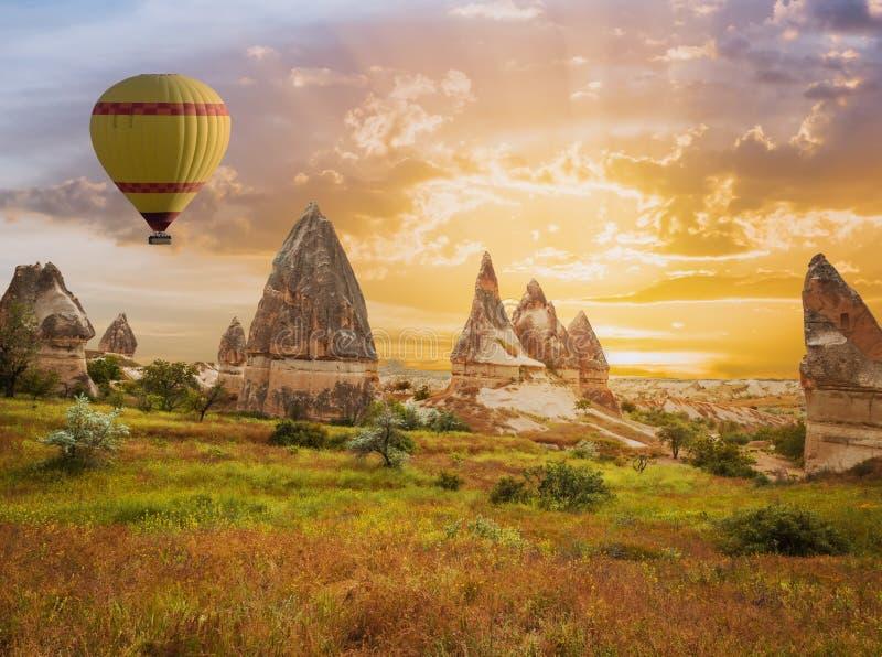 Μεγάλη πτήση μπαλονιών Cappadocia τουριστικού αξιοθεάτου στοκ εικόνες