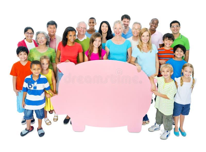 Μεγάλη τράπεζα Piggy εκμετάλλευσης ομάδας ανθρώπων στοκ εικόνα με δικαίωμα ελεύθερης χρήσης