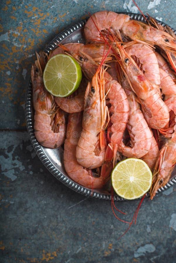 Μεγάλοι γαρίδες και ασβέστης σε ένα πιάτο κασσίτερου στοκ εικόνες