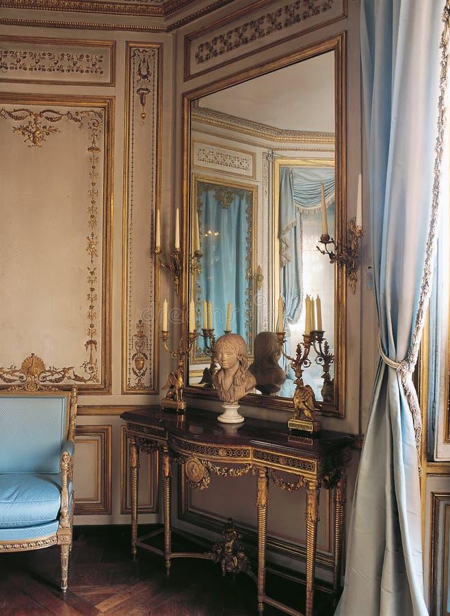Μεγάλοι καθρέφτης και πολυθρόνα στο παλάτι των Βερσαλλιών, Γαλλία στοκ φωτογραφία