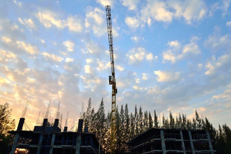 Μεγάλος γερανός στο εργοτάξιο οικοδομής στοκ φωτογραφία με δικαίωμα ελεύθερης χρήσης
