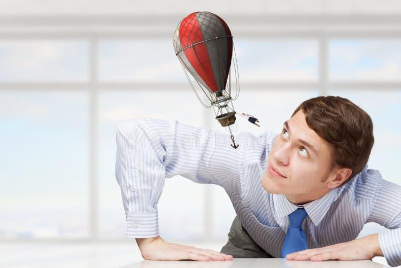 Μεγάλος επιχειρηματίας που τιτιβίζει από κάτω από τον πίνακα στοκ φωτογραφία με δικαίωμα ελεύθερης χρήσης