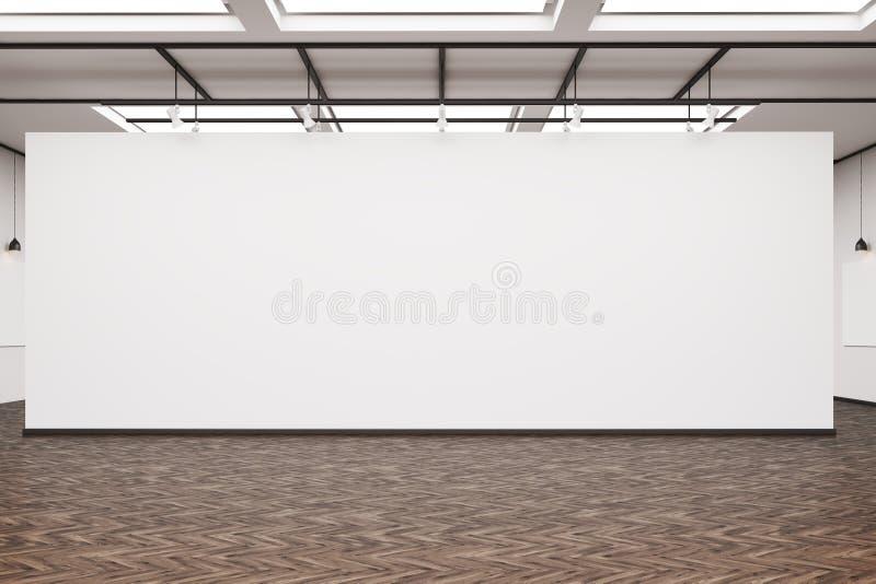 Μεγάλος κενός τοίχος σε ένα γκαλερί τέχνης με το σκοτεινό ξύλινο πάτωμα ελεύθερη απεικόνιση δικαιώματος