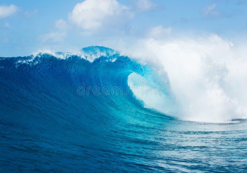 Μεγάλος μπλε ωκεάνιος ηλιόλουστος ουρανός κυμάτων στοκ εικόνες με δικαίωμα ελεύθερης χρήσης