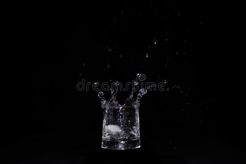Μεγάλος παφλασμός νερού στο γυαλί στοκ εικόνες
