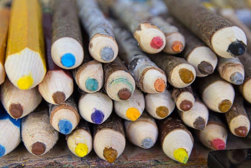 Μεγάλος σωρός των ξύλινων χρωματισμένων μολυβιών στοκ εικόνα με δικαίωμα ελεύθερης χρήσης