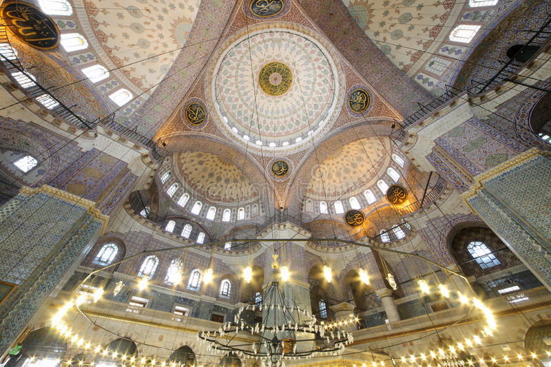 Μεγάλος, όμορφος θόλος στο παλαιό νέο μουσουλμανικό τέμενος (Yeni Cami) στοκ εικόνες με δικαίωμα ελεύθερης χρήσης