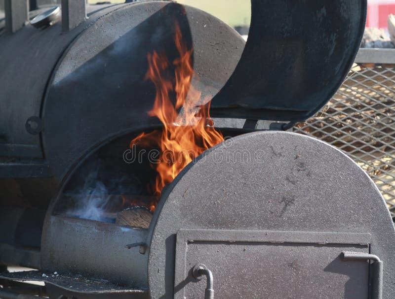 Μεγάλος BBQ καπνιστής με τις φλόγες στοκ εικόνες με δικαίωμα ελεύθερης χρήσης