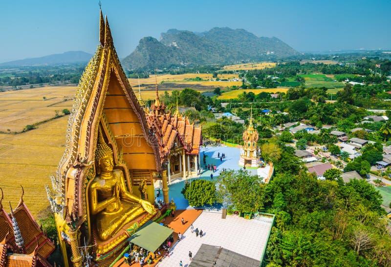 Μεγάλο άγαλμα του Βούδα στο ναό σπηλιών τιγρών (Wat Tham Sua), Kanchanab στοκ εικόνες