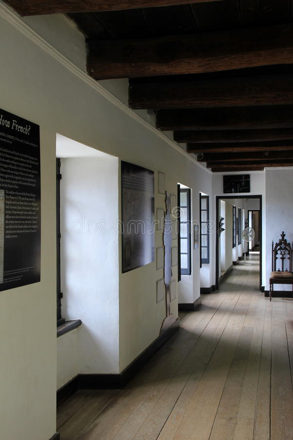 Μεγάλο ανοικτό δωμάτιο με τα ιστορικά στοιχεία που απεικονίζουν τη ζωή στην πρώτη Αμερική, οχυρό Ticonderoga, Νέα Υόρκη, το 2016 στοκ εικόνα