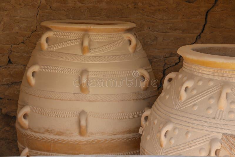 Μεγάλο αρχαίο βάζο στις καταστροφές του νησιού της Κρήτης, Ελλάδα στοκ φωτογραφίες